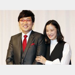 好感度を上げた山里亮太と蒼井優の結婚会見(C)日刊ゲンダイ