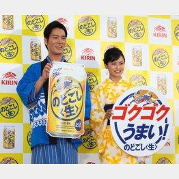 「キリンのどごし〈生〉夏の開幕式」に登場した桐谷健太と小島瑠璃子(C)日刊ゲンダイ