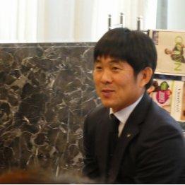 宿泊ホテルで報道陣に笑顔を見せた森保監督(写真)元川悦子
