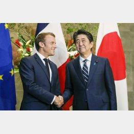 マクロン仏大統領と安倍首相(C)共同通信社