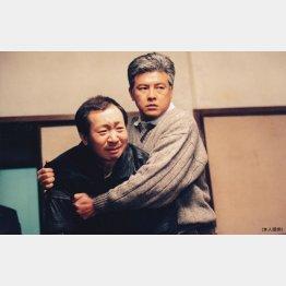 1997年NHK放送「いのちの事件簿」のワンシーン。三浦友和(右)さんと/(提供写真)