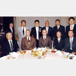 五木ひろしのパーティーに招待された中村さん(後列左から2番目)/(提供写真)