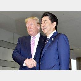 G20で来日し安倍首相と握手をするトランプ米大統領(C)JMPA