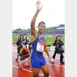 200メートル決勝で優勝し観客の声援に応え手を振るサニブラウン(C)日刊ゲンダイ