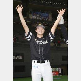 2戦連続の白星で2勝目を挙げ、ファンの声援に応える高橋純平(C)共同通信社