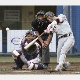 九回に坂本勇が右越え勝ち越し二塁打を放つ(C)共同通信社