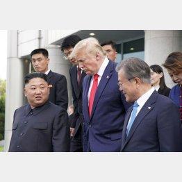 韓国の文在寅大統領(右)は金正恩(左)と談笑する余裕のふるまい(トランプ米大統領=央)/(C)ロイター