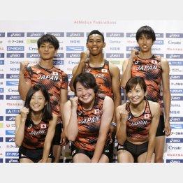 陸上の世界選手権代表に決まり、新ユニホーム姿でポーズをとるサニブラウン(後列中央)(C)共同通信社