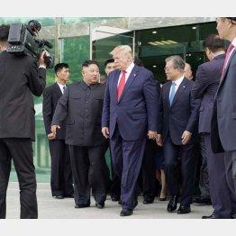 金正恩委員長、トランプ大統領、文在寅大統領が並ぶ場面も(C)ロイター