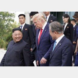 """トランプ米大統領(央)には袖にされ、文韓国大統領(右)が橋渡し役。""""外交""""の安倍首相は…/(C)ロイター"""