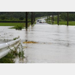 大雨で冠水した鹿児島県志布志市の道路(3日)/(C)共同通信社