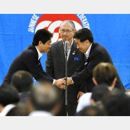 中央が神津連合会長(C)共同通信社