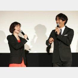 W主演のシム・ウンギョン(左)と松坂桃李(C)日刊ゲンダイ