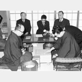 写真は大山康晴王将(左)と挑戦者加藤一二三・八段の王将戦での対局(C)共同通信社