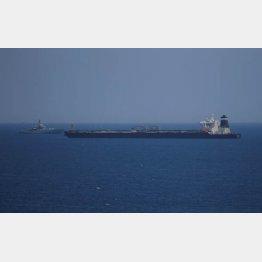 英領ジブラルタル沖で、英軍の船舶に監視されるイランの石油タンカー(C)ロイター