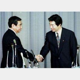 細川首相(右)と河野自民党総裁が合意(C)共同通信社