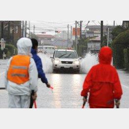 九州南部は猛烈な雨だった(大雨の影響で冠水した宮崎県都城市の道路を走る車)/(C)共同通信社