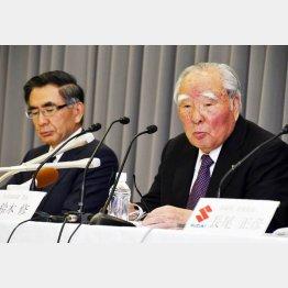 40年以上も経営トップの修会長(右)と俊宏社長/(C)日刊ゲンダイ