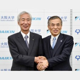 ダイキン工業は大阪大学と提携(左から、握手するダイキン工業の十河政則社長と大阪大学の西尾章治郎学長)/(C)共同通信社