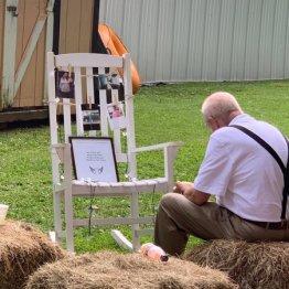 亡き妻の写真を飾り…孫娘の結婚をひっそり祝う男性に感涙