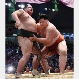 初日、錦木(左)に寄り切りで勝利(C)共同通信社