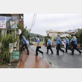 藤木容疑者の自宅を捜索する熊本県警の捜査員(10日)/(C)共同通信社