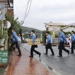 藤木容疑者の自宅を捜索する熊本県警の捜査員(10日)