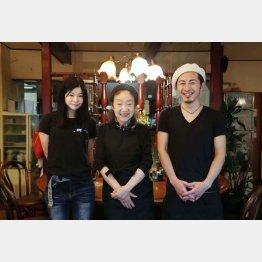 左から従業員の青山さん、オーナーの青木さん、従業員の大杉さん(C)日刊ゲンダイ
