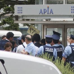 JR札幌駅前で男性が強制排除される様子