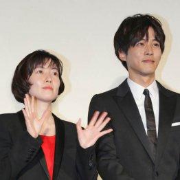 主演のシム・ウンギョン(右)と松坂桃李
