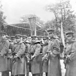 2・26事件で銃を構える反乱軍の兵士たち