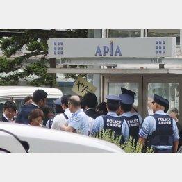 警察に取り押さえられる男性(C)共同通信社