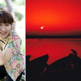 北インドのバラナシでチャイ片手に世界を赤く染める朝日を