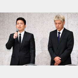 緊急謝罪会見をする宮迫博之(左)と田村亮(C)日刊ゲンダイ