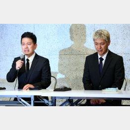 謝罪会見に臨む宮迫博之(左)と田村亮/(C)日刊ゲンダイ