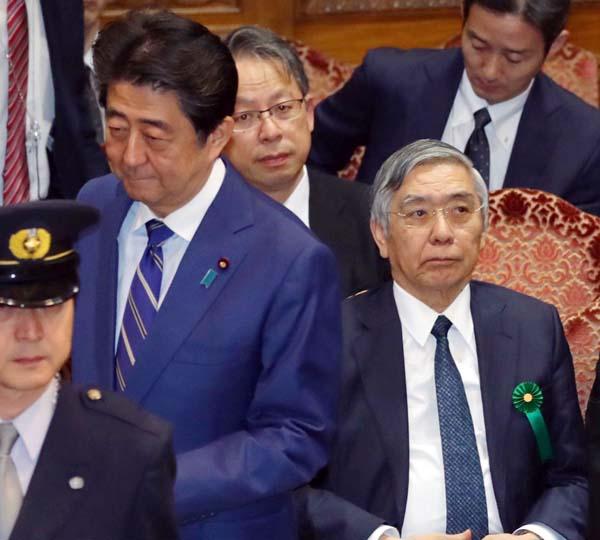 この6年間で日本経済はガタガタになった(安倍首相と黒田日銀総裁)/(C)日刊ゲンダイ