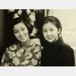 作家の下重曉子さん、野際陽子さん(=左、名古屋支局時代)と/(C)日刊ゲンダイ