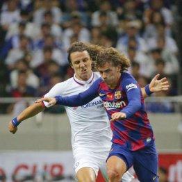バルセロナでデビューを果たしたグリーズマン(右)と競り合うチェルシーのダビド・ルイス