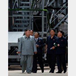 潜水艦の生産工場を視察する金正恩朝鮮労働党委員長・左(C)ロイター/KNCA