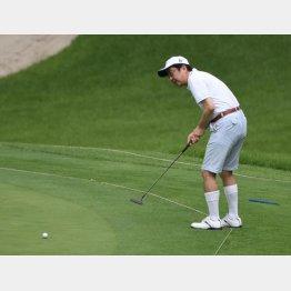 山梨の富士桜カントリー倶楽部でゴルフを行う安倍首相(写真は2015年)/(C)日刊ゲンダイ