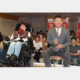 比例区の特別枠で当選した舩後靖彦氏(左)とインタビューに応じる、山本太郎代表(C)日刊ゲンダイ
