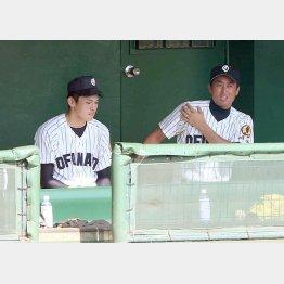 佐々木投手は国保監督(右)の横に座って見守るだけだった(C)日刊ゲンダイ