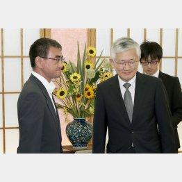 南官杓駐日韓国大使(右)を外務省に呼び出した河野外相(C)共同通信社