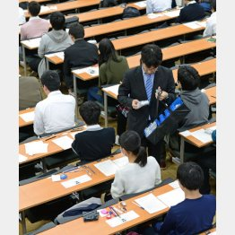 英語のリスニングで使うICプレーヤーが配られる大学入試センター試験の会場(C)共同通信社