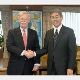 日米、有志連合協議か ボルトン米大統領補佐官(左)と握手を交わす岩屋防衛相=22日午後、防衛省(C)共同通信社