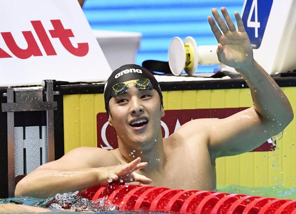 世界選手権4個目のメダルを手にした瀬戸(C)共同通信社