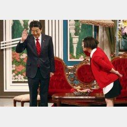 安倍首相とベッタリの吉本に100億円(吉本新喜劇に出演する安倍首相)/(C)共同通信社