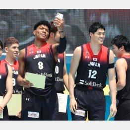 八村(左)渡辺のNBA組はチームを牽引できるか(C)日刊ゲンダイ