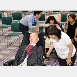 れいわ新選組の船後靖彦(手前左)、木村英子(奥中央)両参院議員(C)共同通信社