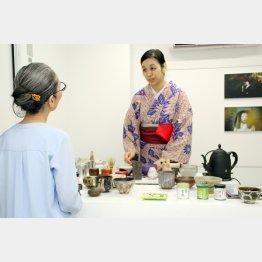 客が茶碗と抹茶を選ぶ「茶BAR」(提供写真)